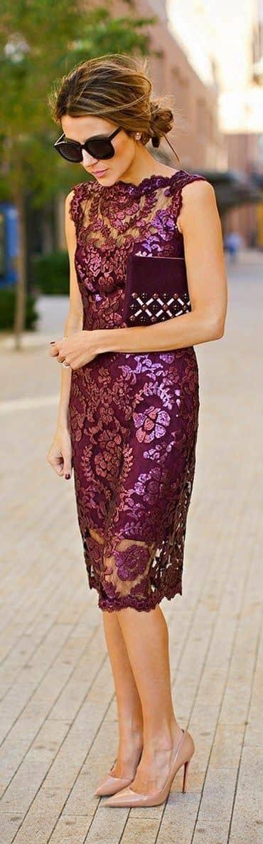 Кружевное платье из парчи и баклажанов с обнаженными туфлями