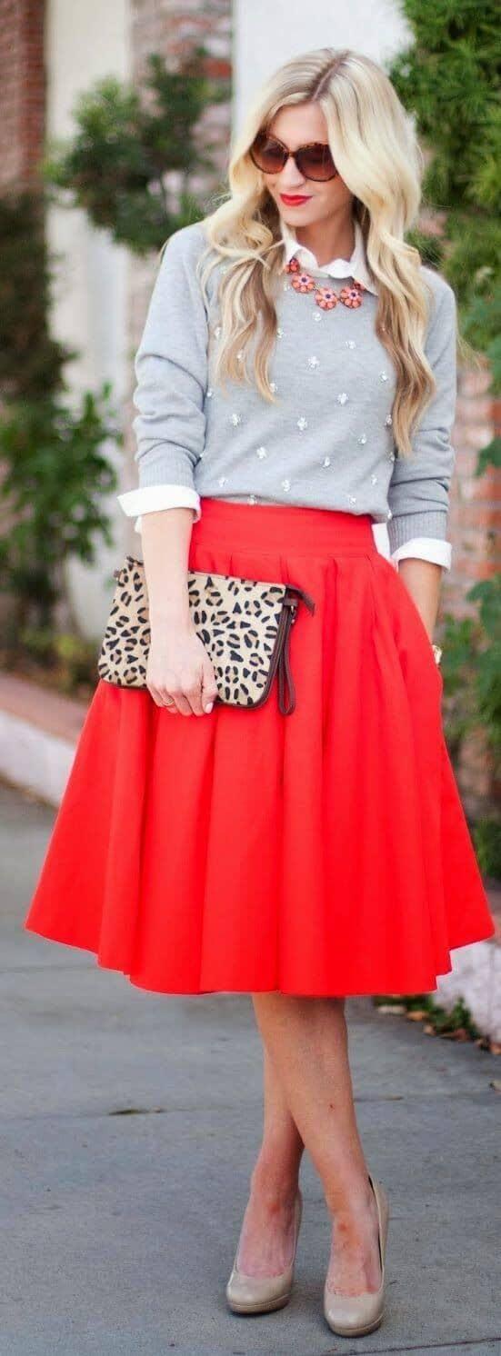 Красная круглая юбка, пуговица, свитер и клатч с принтом животных