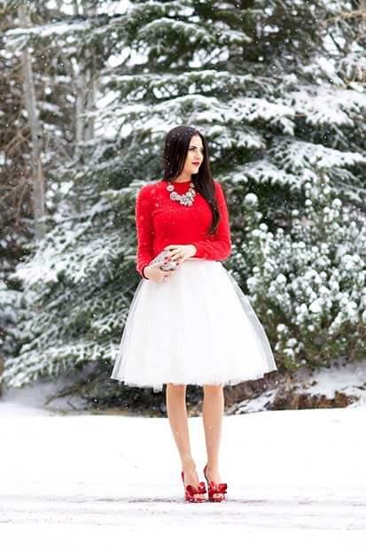 Белая балетная юбка, красный свитер и красные атласные каблуки