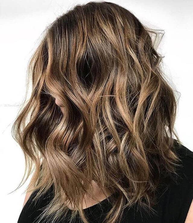 Nettes unordentliches gewelltes goldenes Brown-Haar