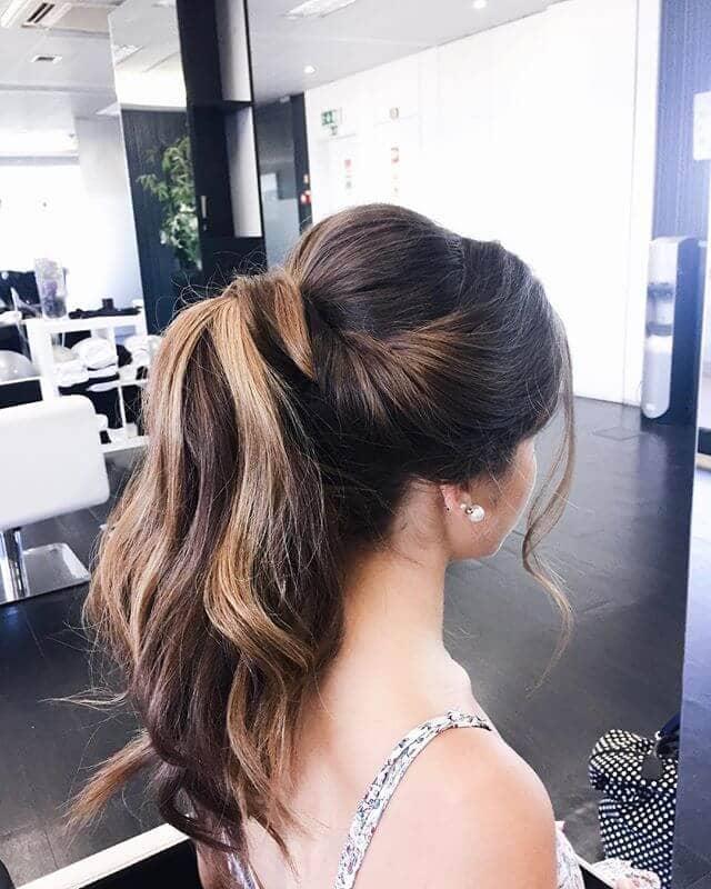 Поднятая завивка волос с хвостиком