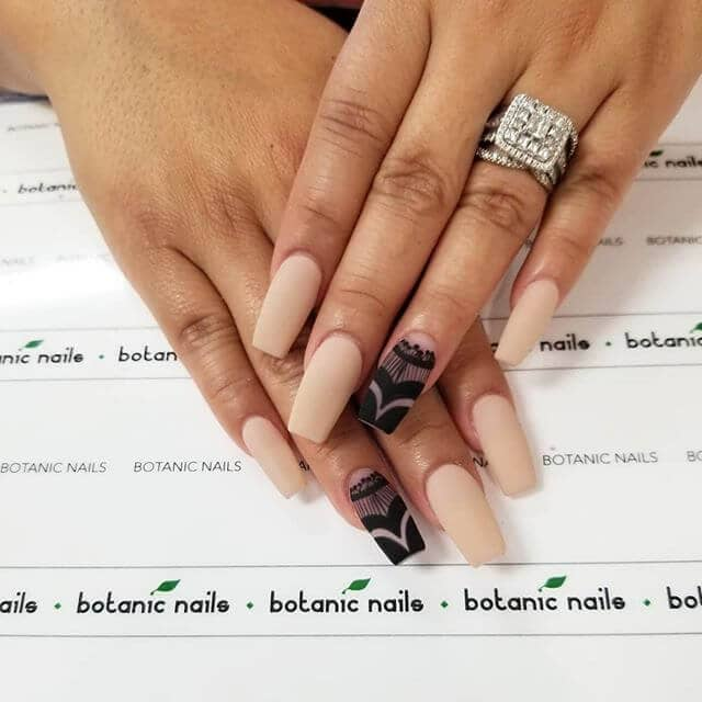 Elegant and Lacy Accent Nail