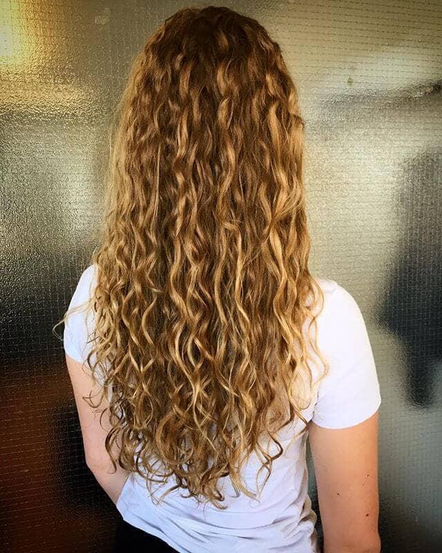 Красивые узкие локоны на длинных волосах