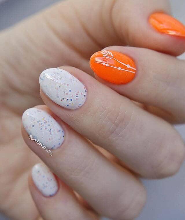 Конфетти белые ногти с ярко-оранжевыми акцентами