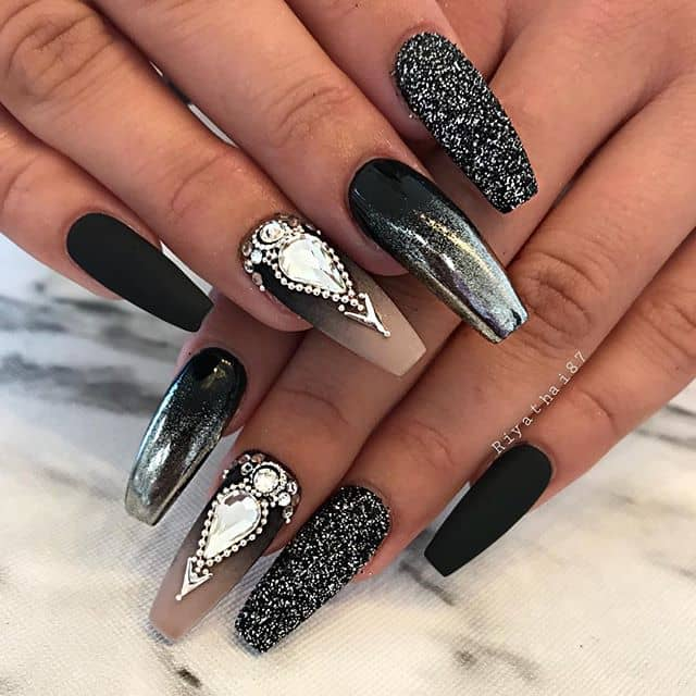 Queenly Black and White Nail Art
