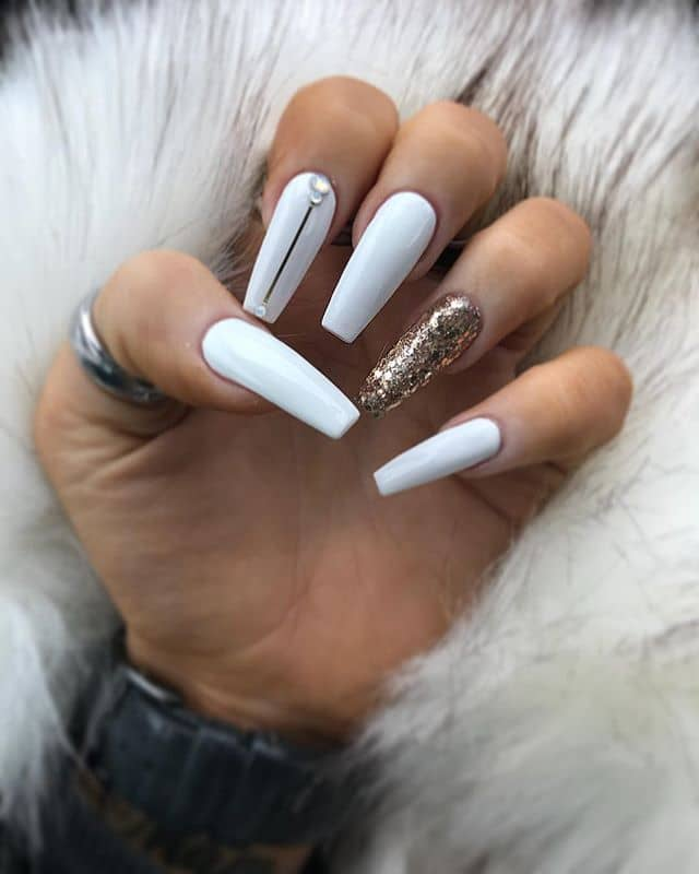 Minimalist Jewel Nails Show Elegance in Simplicity